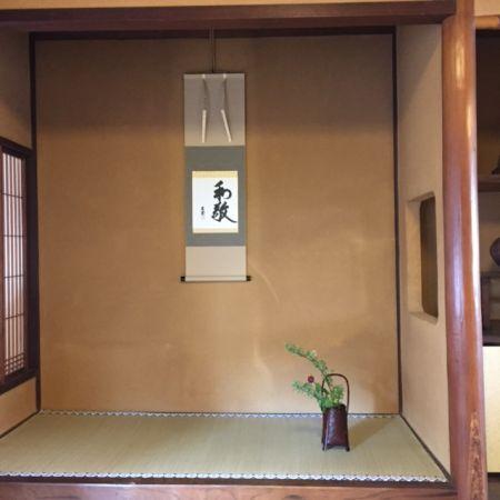茶室における床の間のしつらえ 茶花と花入れ